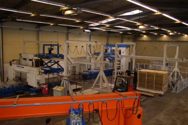 Diese Manipulationsanlage von KHU Sondermaschinen wurde für das Handling von Aluminiumplatten entwickelt und gebaut.